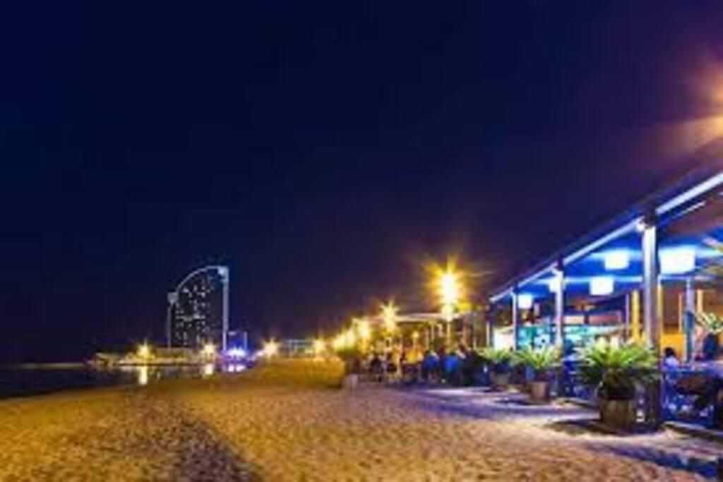 Playa de la Barceloneta de fondo Hotel wella