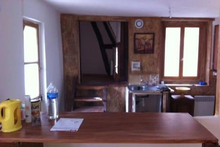 petit appartement meuble avec tv - Saint-Florentin - Leilighet