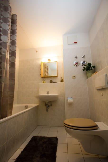 Das Bad mit Badewanne/Dusche.