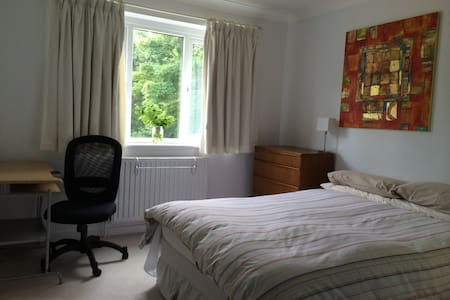 Charming, spacious double room, with its own bathroom, overlooking our lovely, peaceful tree-lined English garden. A comfy bed, 100% Egyptian cotton sheets. Have a wonderful stay!