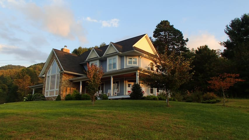 Stunning country retreat w/ HOT TUB - Mars Hill - Huis