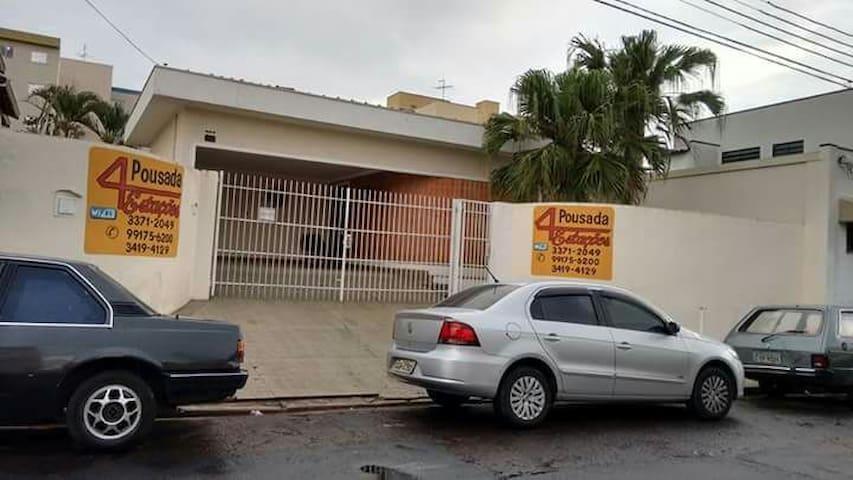 Pousada a 30 metros da rodoviária. - São Carlos - ที่พักพร้อมอาหารเช้า
