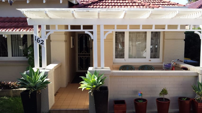 Quaint older style home in quiet St - Mt Hawthorn - House