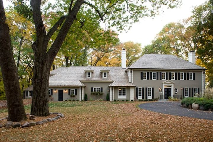 Super Bowl 2018. Elegant, Private Colonial Acreage - Wayzata - House