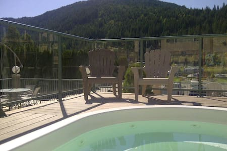 Waterfront Vacation Apt & Boatslip - Sicamous