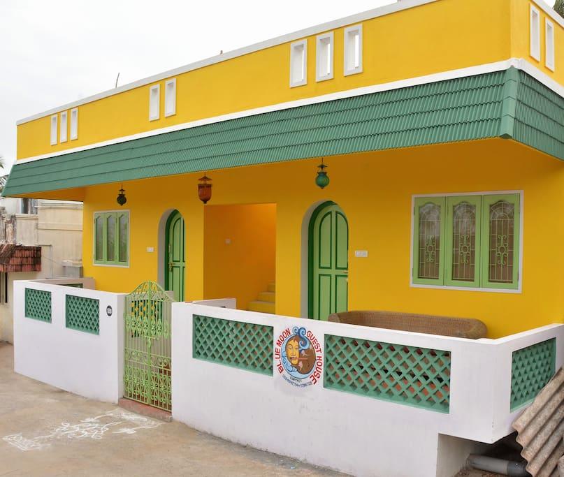Une guest house lumineuse et colorée sans vis-à-vis.