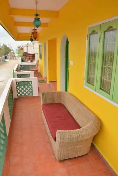 Chaque chambre a son balcon privatif.