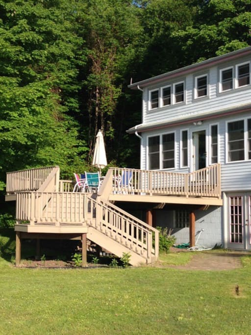 Watch the waves and the bald eagles from sun porch, lakeside bedrooms or deck.