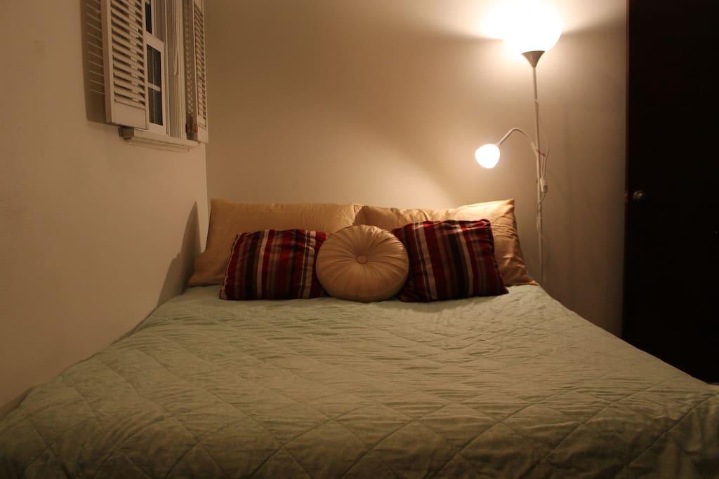 Queen bed - very comfortable!
