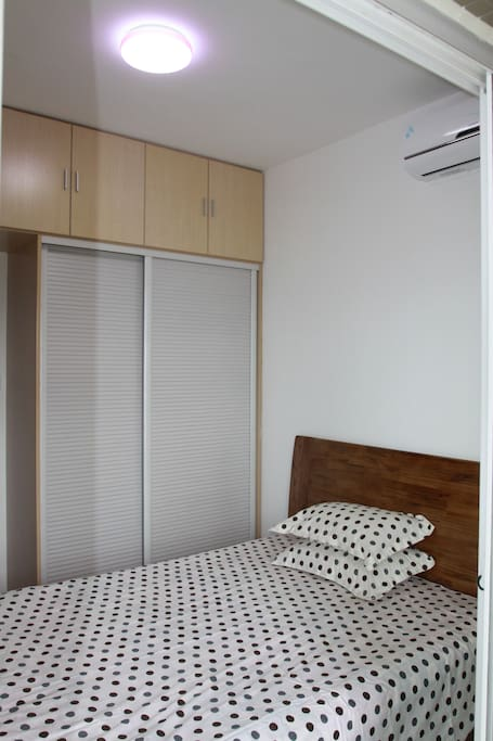 1.5*2米实木大床带冷暖空调和阳台