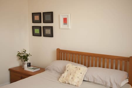Great room, sunny home, city fringe - Casa