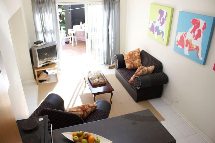 cottage room in secure vibey suburb - Randburg - Leilighet