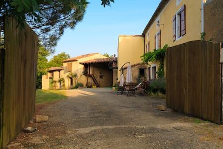 Farmhouse with Pyrenean Views - Villautou - Hus
