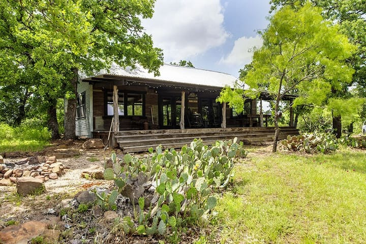 Absolutely Charming Tin Roof Cottage, 2/2 Rustic Cabin, Great Hill Country Views