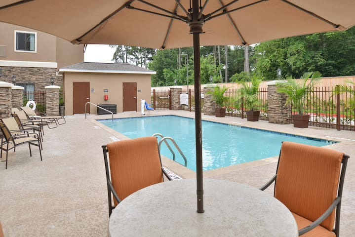Comfortable Studio Suite in Tomball | Shared Outdoor Pool + 24h Business Center