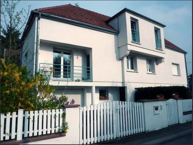 Charming semi detached house small garden, parking - Colmar - Hus