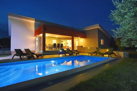 Villa Krnica - modern and with pool - Krnica