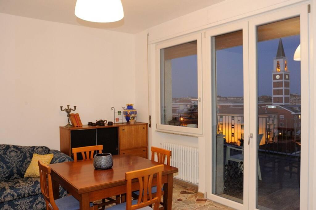 Ampia e luminosa zona giorno con porta finestra sulla terrazza.