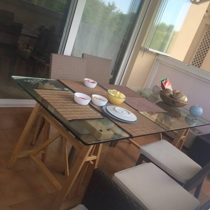 Это большая столовая-балкон, здесь приятно завтракать, обедать и ужинать, а также проводить теплые вечера, попивая чай или что-нибудь покрепче