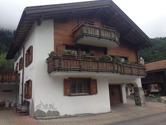 Zimmer mit Bad in Einfamilienhaus - Serneus - Rumah