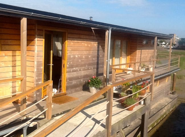 Houseboat sleeps 6 near Brighton
