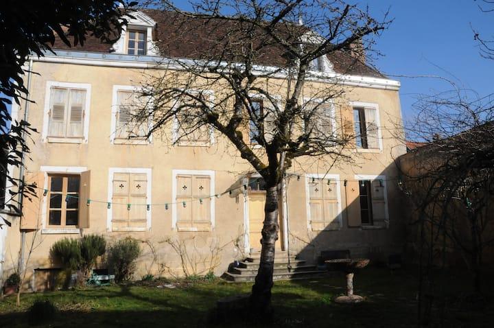 Yonne. Cravant. Bourgogne. Maison de village.