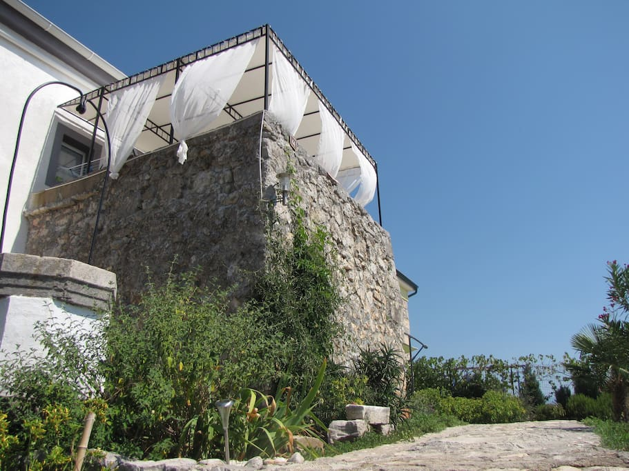 Up there is the 15m2 large terrace overlooking the Kvarner bay and islands