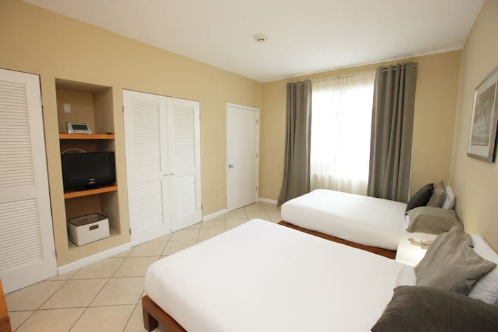 BEACHFRONT, 2 dbl beds at a Condo Hotel  Miami Bch