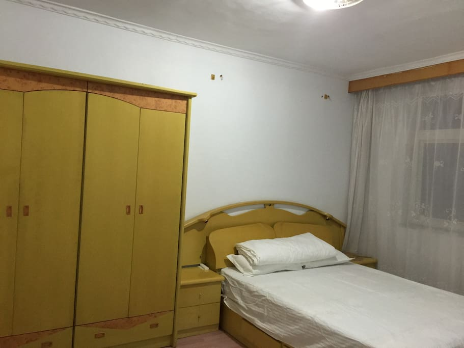 卧室一双人床