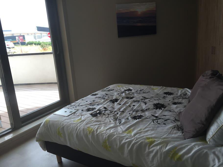 slapkamer 1 is oostelijk gelegen en heeft een eigen terras