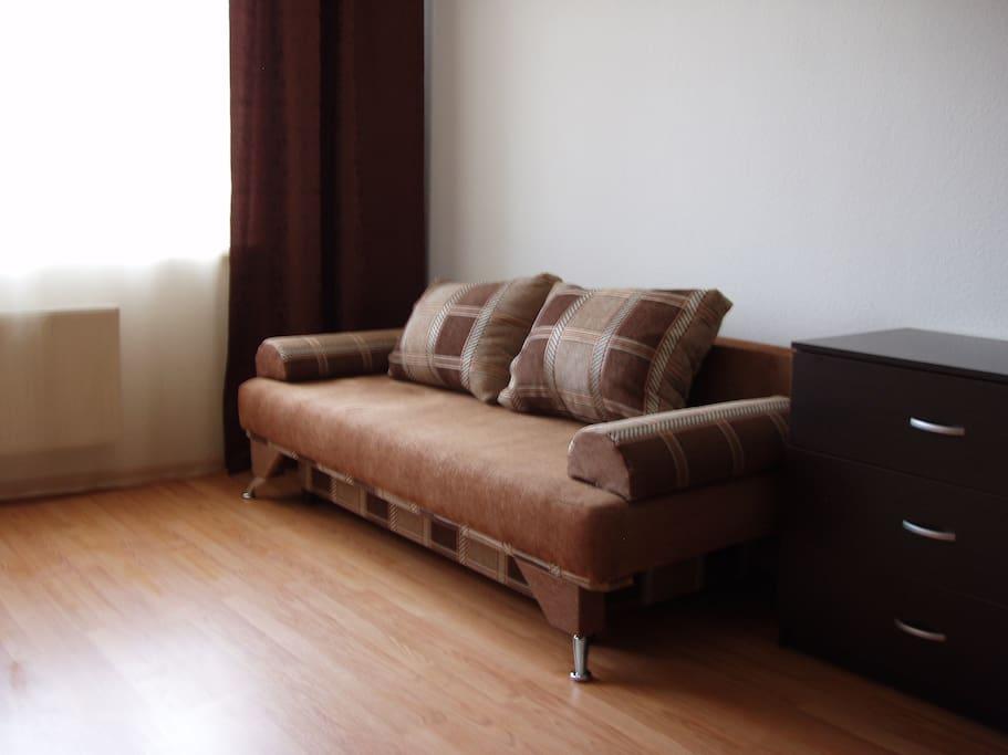 Один из двух раскладных диванов