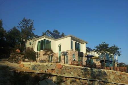 남해 독일마을과 인근 바닷가와 풍경이 한눈에 보이는 솔담길펜션 2층 - Samdong-myeon, Namhae-gun - Casa