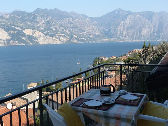 balcony with stunning lake view, swimming pool - Malcesine - Apartamento