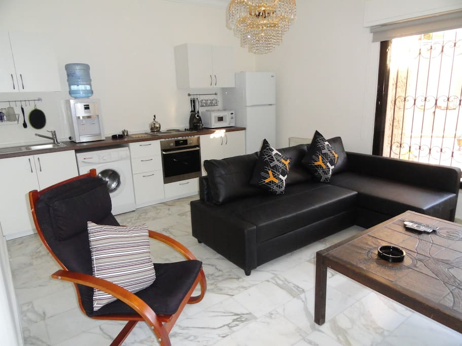 Elegant modern center of amman apt apartments for rent for Living room amman