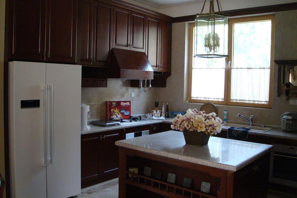 一楼开放式厨房:朋友小聚、家人陪伴、夫妻对酌,自在舒适。