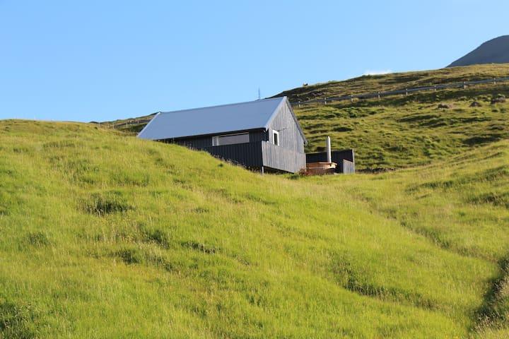 Cottage in Svínáum, outdoor hottub, great view.