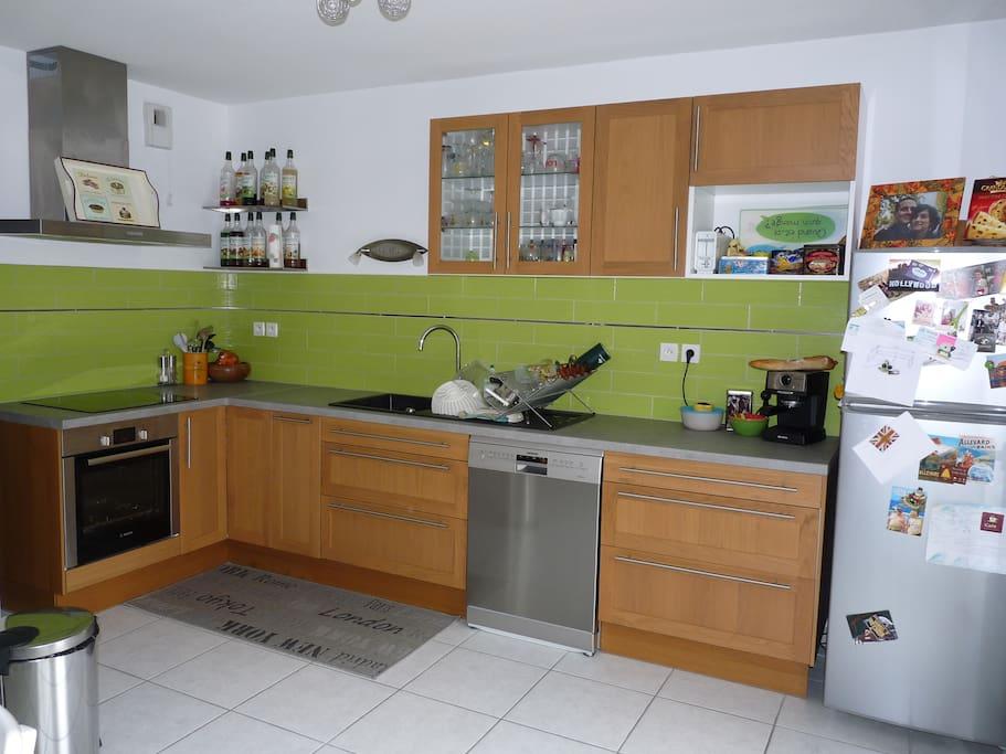Cuisine équipée avec plaques vitrocéramiques, four, frigo/congélateur et lave vaisselle...