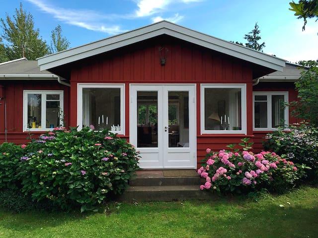 Charmerende sommerhus få skridt fra Stranden - Hundested - Cabin