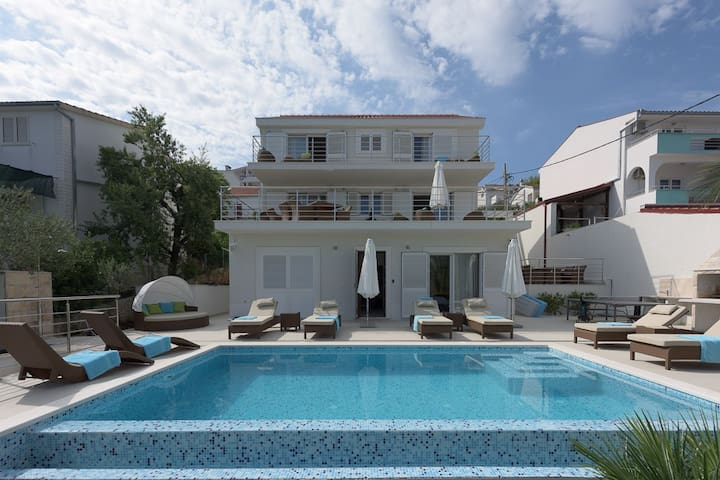 Luxury retreat on Split Riviera, Villa Avalon - Okrug Gornji - Talo