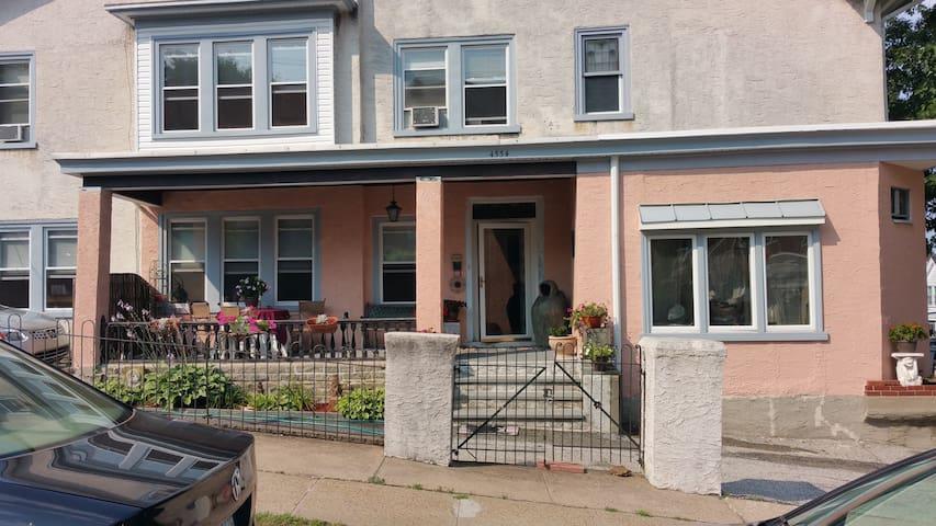 Spacious 3 bedroom home 5 car D-way - Philadelphia - House