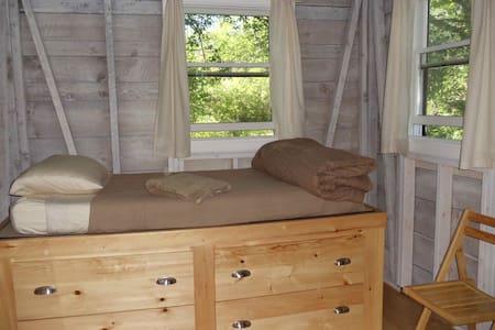 Rustic Contemplative Cabin - Surry - Stuga