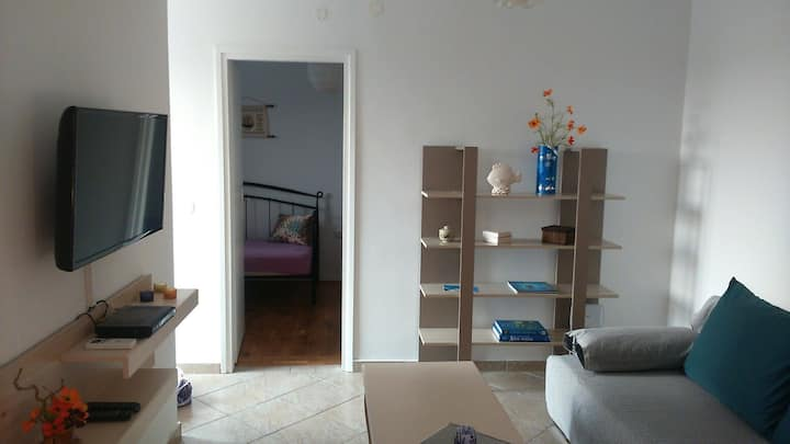 Cosy Holiday Apt for 5 (Sea 100m) First Floor