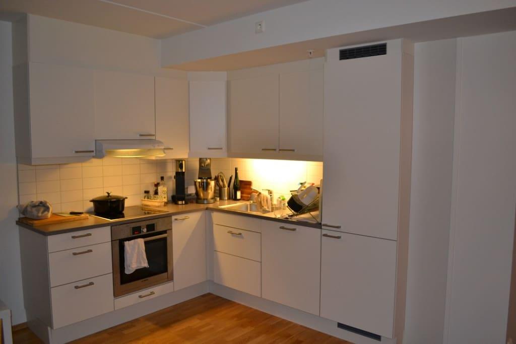 Kjøkken med alle slags kjøkkenapparater