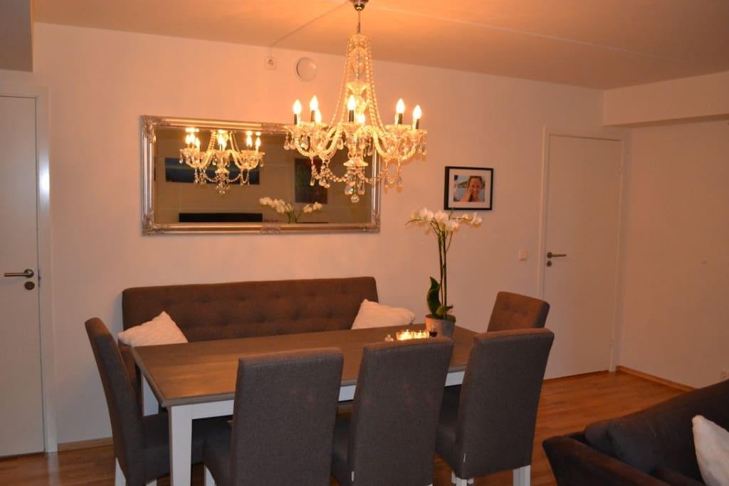 Spisebord med mulighet for plass til 12 personer.
