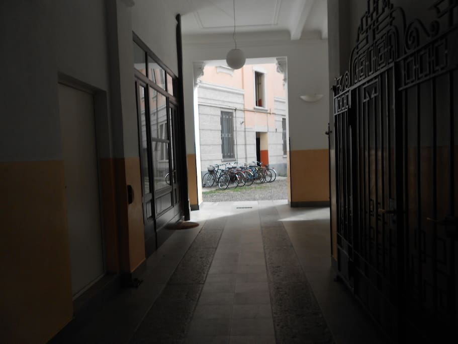Ingresso cortile. The courtyard.