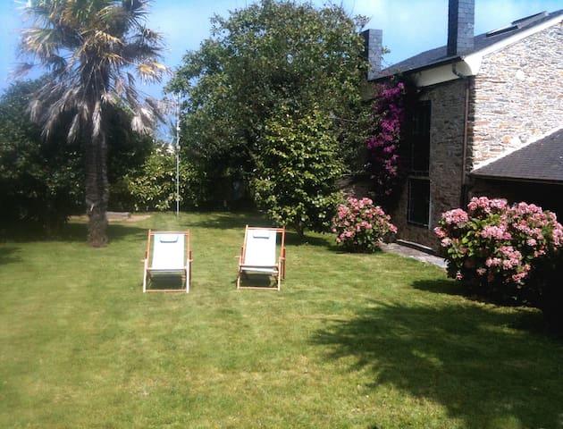 Acogedora casa de piedra con jardín
