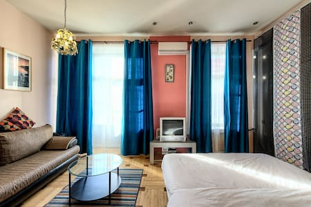 Anichkov  palace view studio - Saint Petersburg - Apartment