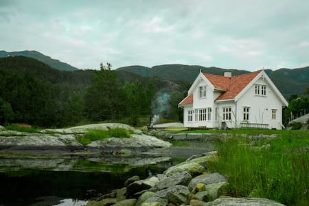 Beautiful fjordhouse, private beach - Bogsund