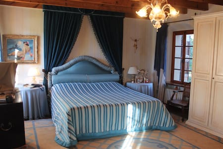 Master Bedroom in countryside villa - Olfino