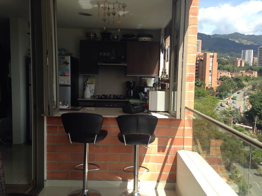 El espacio del balcón tiene integrada a la cocina, de esta forma nunca te pierdes la increíble vista mientras preparas algo de comer.